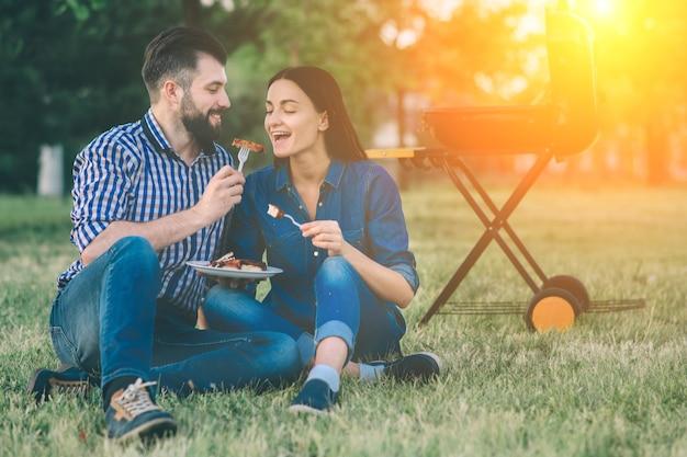 Amis faisant un barbecue et déjeunant dans la nature