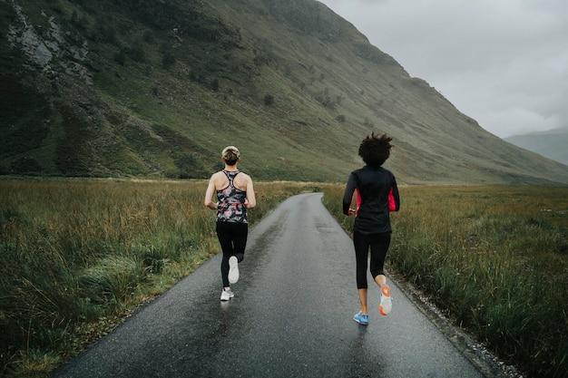 Amis faisant du jogging dans les highlands écossais