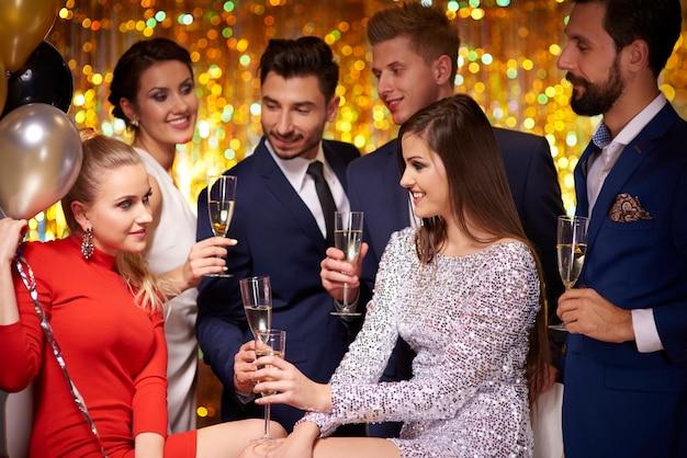 Amis faisant la fête ensemble à la veille du nouvel an