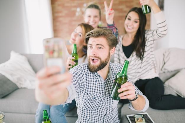 Amis faisant la fête et prenant selfie