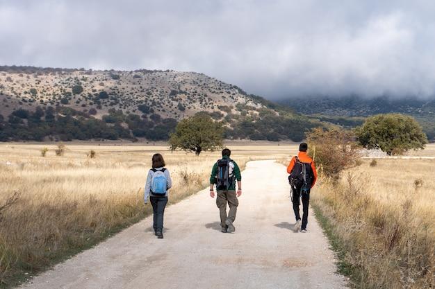 Amis faisant un voyage à la campagne