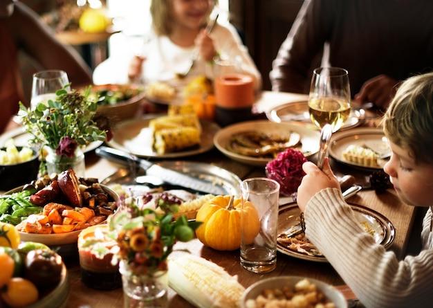 Les amis et les familles se réunissent le jour de thanksgiving ensemble