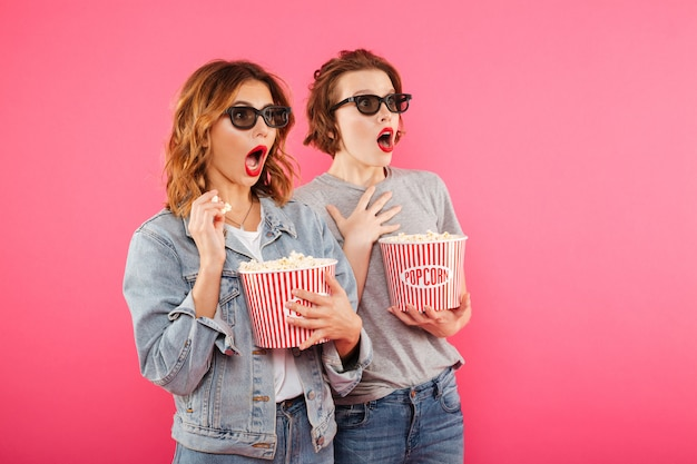 Amis femmes choquées manger du pop-corn regarder un film