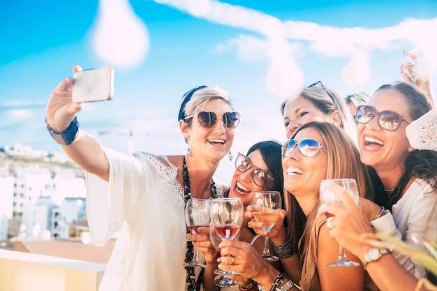 Amis de femmes heureux en fête en plein air