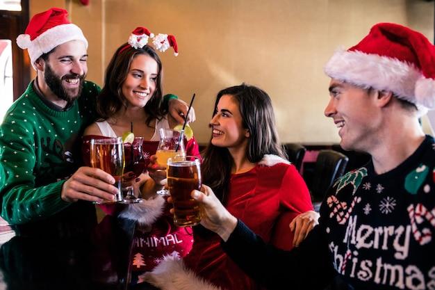 Amis festifs buvant de la bière et un cocktail