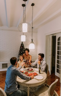 Amis fêtant noël ou le jour de l'an à la maison