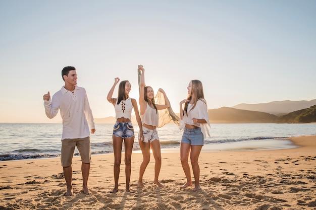 Amis fêtant sur la plage