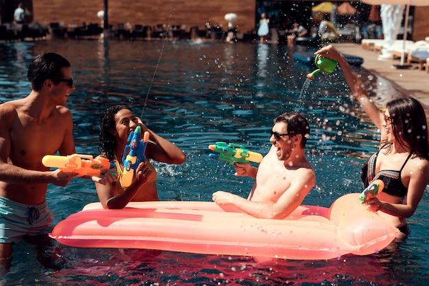 Amis à la fête au bord de la piscine. concept de vacances d'été