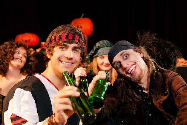 Amis à une fête costumée