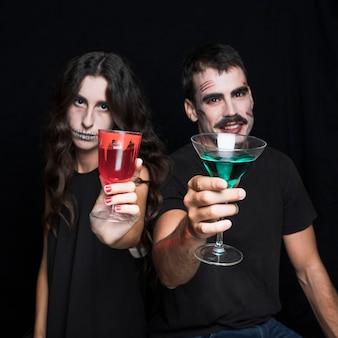 Amis à la fête d'halloween avec des boissons