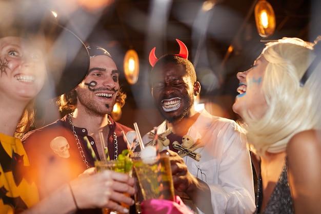 Amis, à, fête halloween, dans, boîte nuit