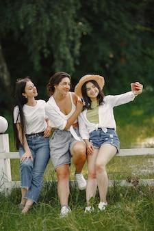 Les amis font un selfie. fille au chapeau. femme dans un t-shirt blanc.