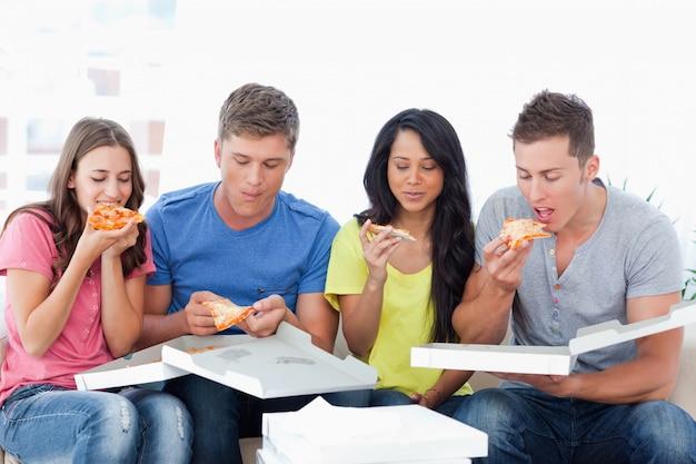 Les amis glissent dans la pizza que vous venez d'acheter