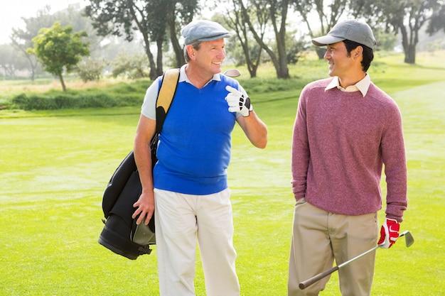 Amis de golfeurs marchant et discutant