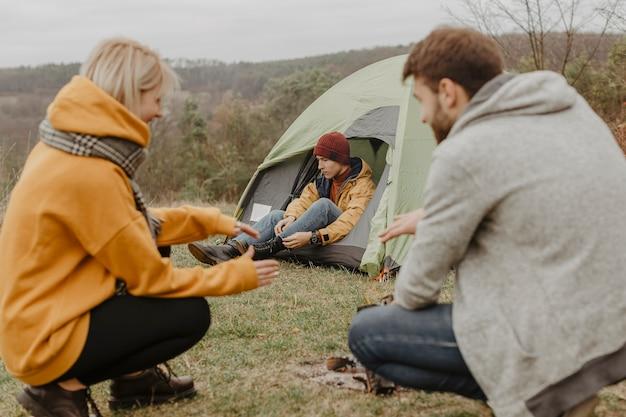 Amis de grand angle en voyage avec feu de camp