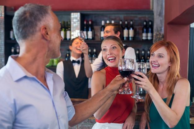Amis, grillage, à, a, verre vin rouge, dans, a, barre