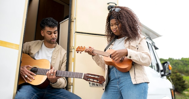 Amis avec guitare en plein air coup moyen