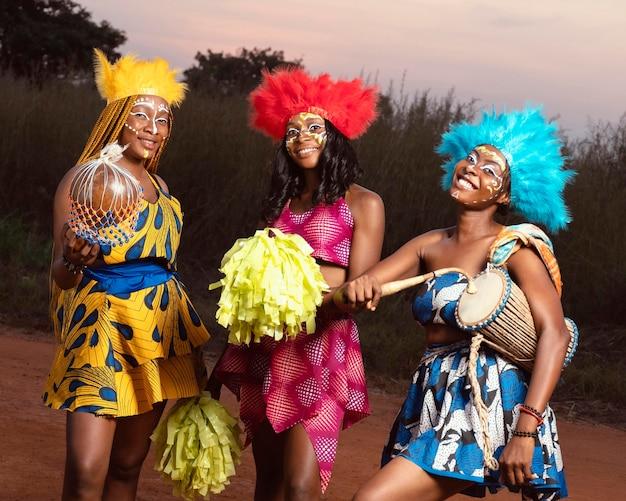 Amis Habillés Pour Le Carnaval De Nuit Photo gratuit