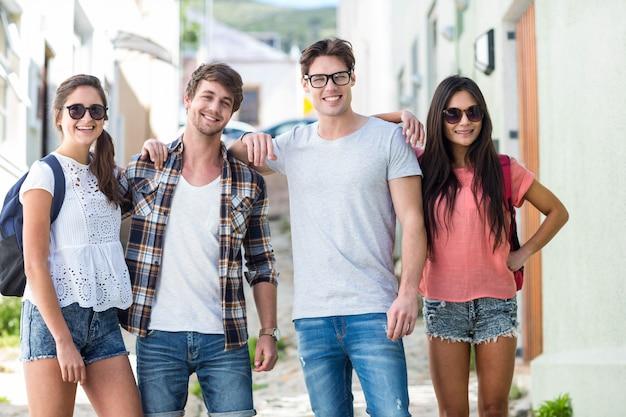 Amis de la hanche posant pour la caméra dans la rue