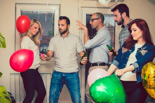 Des amis heureux dansent à la fête privée