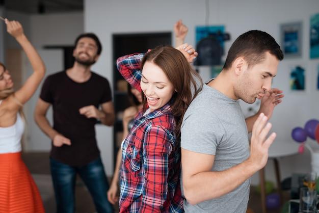 Amis heureux ensemble. homme danse avec femme.