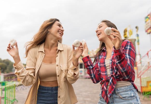Amis heureux à faible angle avec des bonbons