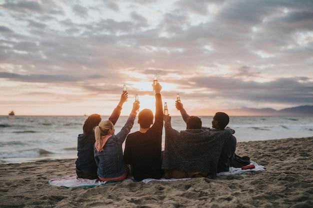 Amis heureux grillant à la plage
