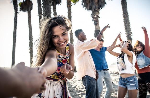 Amis heureux sur la plage