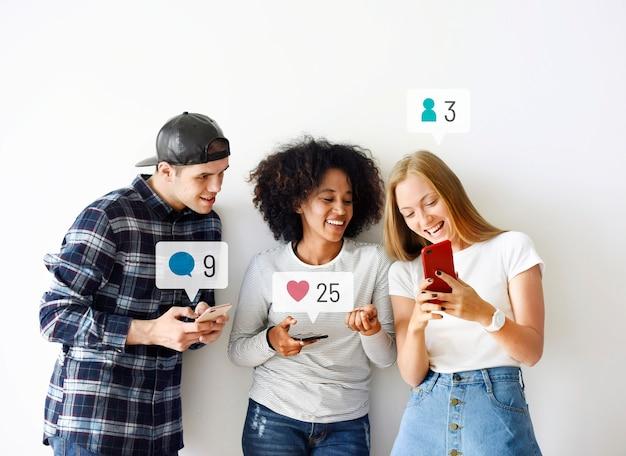 Amis heureux regardant les médias sociaux sur un smartphone