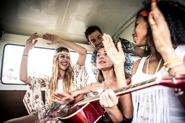 Amis hippies conduisant sur une mini-fourgonnette