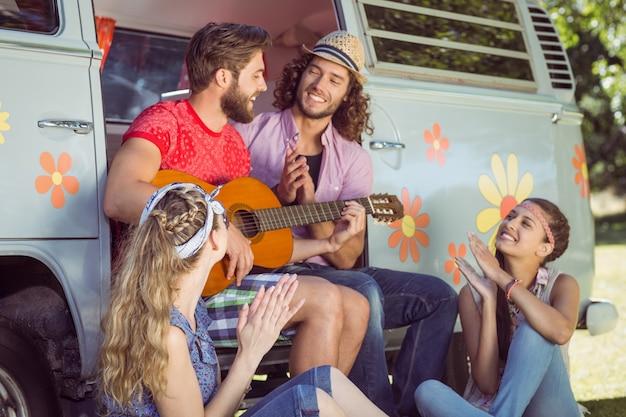 Amis hipster assis près de leur camping-car