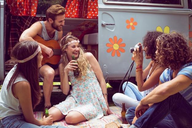 Amis de hipster en camping-car au festival