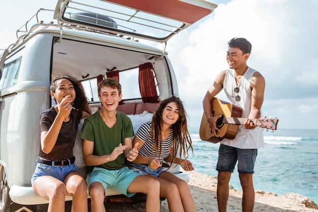 Amis de hipster profitant du temps à la plage