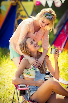 Amis interagissant entre eux au camping