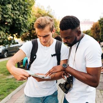 Amis interculturels lisant une carte ensemble