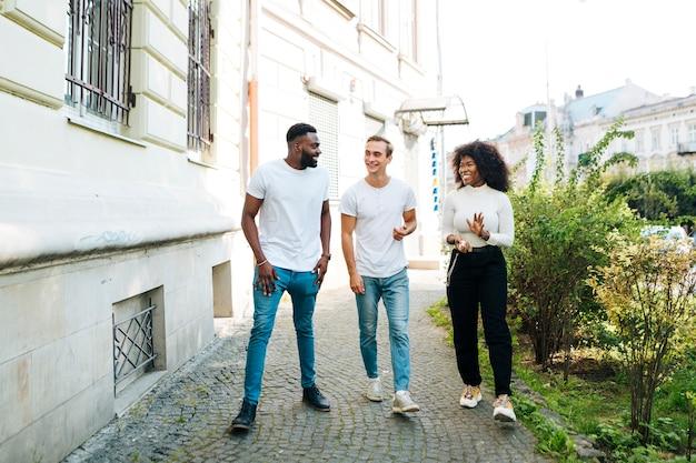 Amis interculturels marchant ensemble