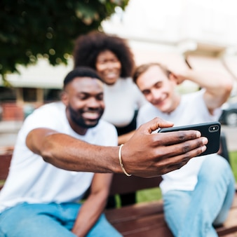 Amis interculturels prenant des photos