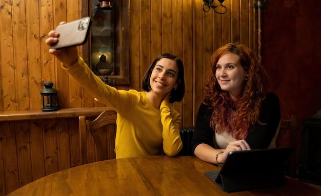 Amis à l'intérieur d'une maison rurale prenant un selfie