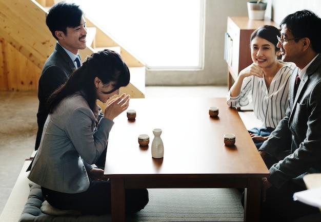 Des amis japonais s'amusent ensemble