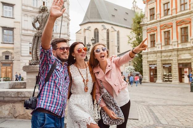 Amis jeunes hipster posant dans la vieille ville