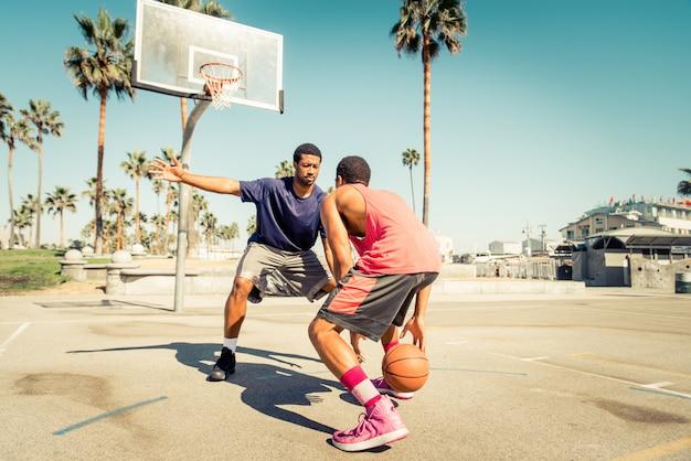 Amis jouant au basket