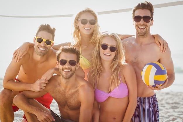 Amis jouant au beach volley