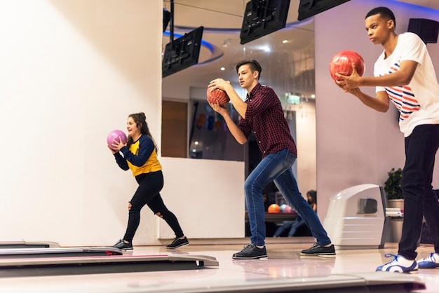 Amis jouant au bowling ensemble