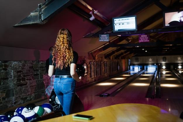 Amis jouant au bowling