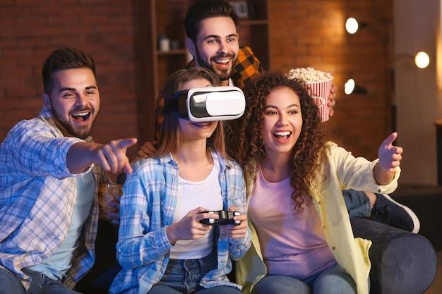 Amis jouant au jeu vidéo à la maison