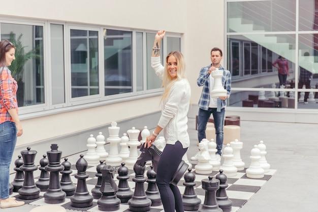 Amis jouant aux gros échecs