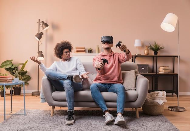 Amis jouant avec un casque virtuel