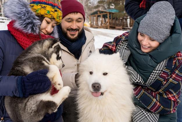 Amis jouant avec des chiens