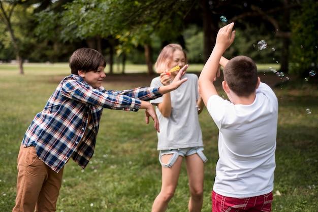 Amis jouant à l'extérieur