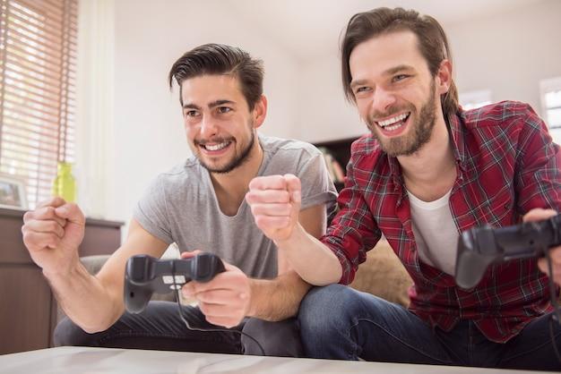 Amis jouant à des jeux vidéo
